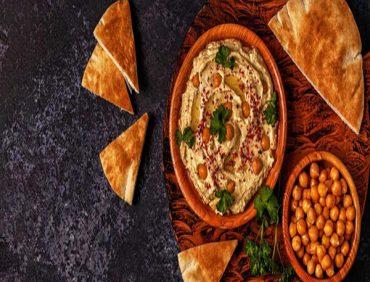 خوراک نخود لبنانی با نان پیتا و ماست تند