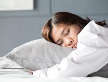 با موی باز بخوابیم یا بسته؟